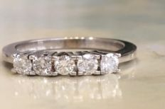 18 kt white gold women's channel ring with a total of approx. 0.50 ct brilliant cut diamonds, Top Wesselton/Pique
