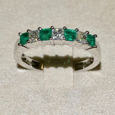 18 kt white gold ring—4 Colombian emeralds (0.43 ct)—3 diamonds (0.29 ct) VS-H