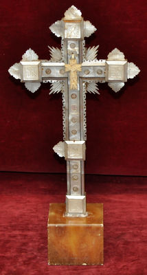 Beautiful cross with the 14 Stions of the Cross, made in mother-of-pearl - Approximately 1930/1940.