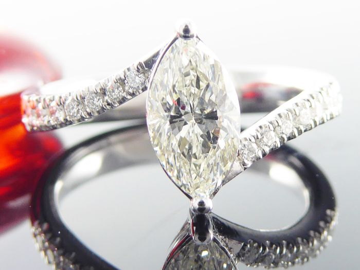 Diamond ring, marquise cut diamond with IGI certificate of 0.84 ct & 14 diamonds of in total 0.15 ct *** No minimum price***.