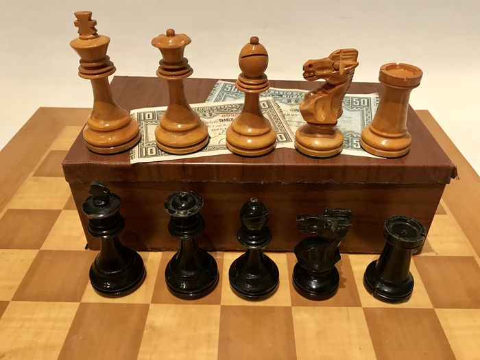 Staunton 5 chess set. Spanish Republic