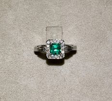 18 kt white gold ring, with 0.60 ct emerald and diamonds totalling 0.31 ct (Clarity: VVS - Colour: H).
