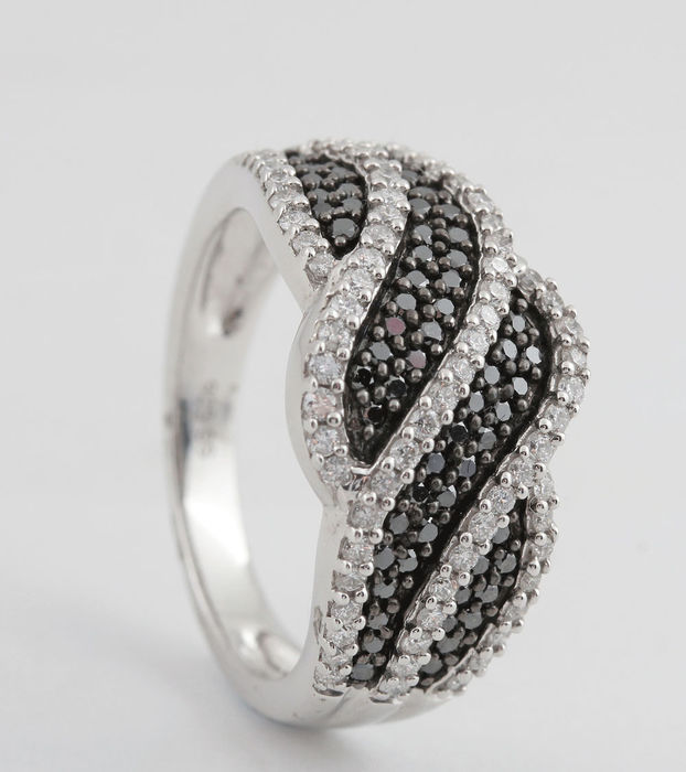 Sterling silver black and white diamond ring total 0.80ct & size 54,5. G-H/VS2-SI2 & 4.00gr  No Reserve Price.