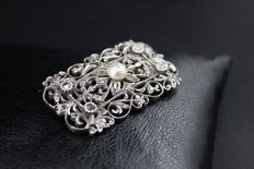 Brooch/pendant, 14 kt white gold with diamonds and central pearl.