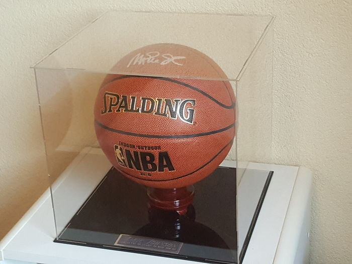 Magic Johnson - Origineel door Johnson gesigneerde officiële NBA Spalding Basketball in Display Case Vitrine + COA PSA/DNA AB44385