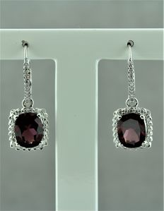 18kt white gold set with diamonds and Rhodolite