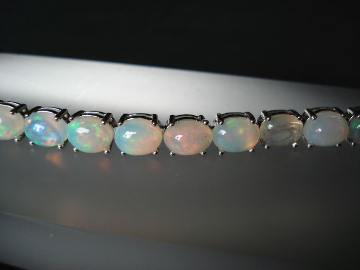 Opal bracelet with 19 opals in cabochon cut