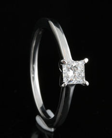 18 kt white gold princess-cut solitaire engagement ring with 0.20 ct diamond, G/H Colour and SI clarity. Size 54/N. Free re-sizing available in Antwerp
