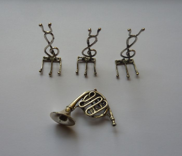 Horn and treble clef stands