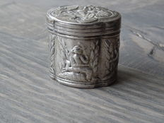Silver scent box with images of, among others, a pipe smoker, Netherlands, 1888