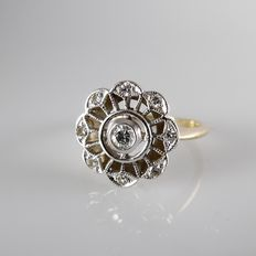 18 kt yellow gold entourage ring with white gold round crown with 9 diamonds