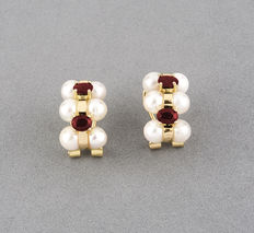 Pair of yellow gold earrings with 12 pearls measuring 5 mm in diameter (approx.) and 4 rubies.