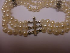 3-strand pearl bracelet with 14 kt white gold and diamonds; Length 19 cm