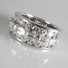 18 kt white gold, heavy ring with 16 baguette cut and 18 brilliant cut diamonds, set in a row, 2.50 ct in total (size 17.25).