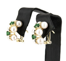 Pair of Yellow Gold Earrings with 12 Pearls of 5 mm (approx.) in diameter and 4 Emeralds.