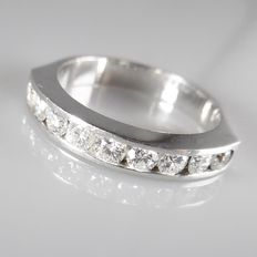 18k white gold ring with 9 brilliant cut diamonds in rail setting, 0.72 ct in total