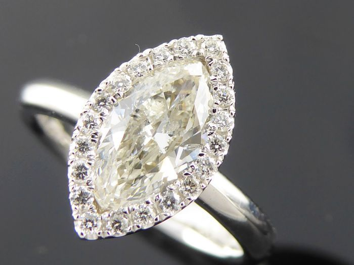White gold ring with marquise cut diamond and surrounding diamonds of 1.20 ct in total, *no reserve*.