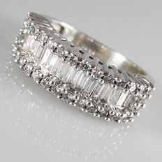 14 kt white gold ring with baguette  and brilliant cut diamonds in a row, 1.35 ct in total.