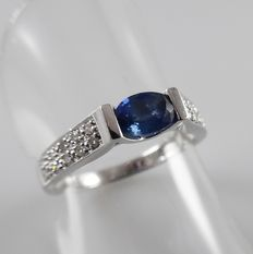 18 kt white gold ring with blue sapphire and 20 diamonds