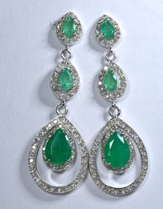 Exclusive 18 kt white gold earrings set with 160 diamonds and 6 natural emeralds, colour AAA, tear drop shape. Total 4.15 ct