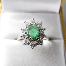 18 kt yellow gold entourage ring with an emerald and 10 brilliant cut diamonds - ring size 18.50/58
