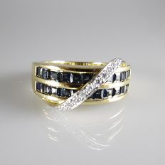 18 kt yellow gold channel ring with 22 blue sapphires in rail setting and 11 brilliant cut diamonds – size 17.5
