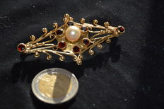 Gold brooch with a pearl and little garnets