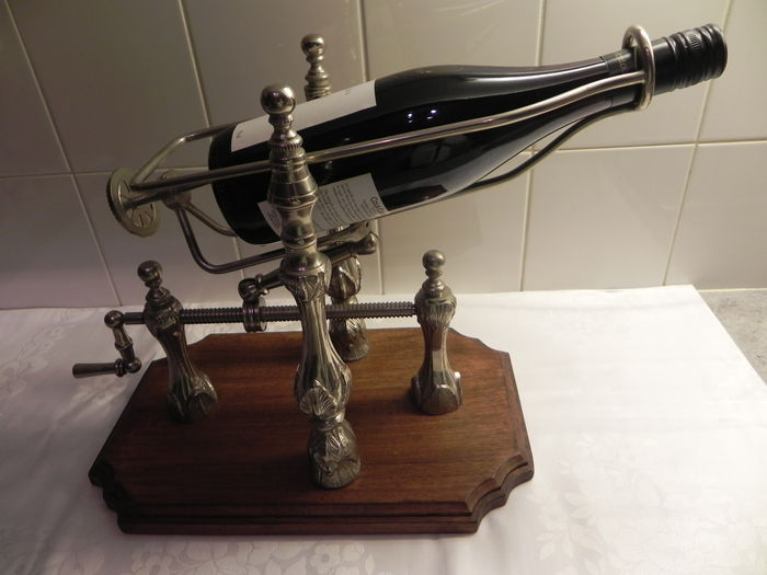 Decanter device on wooden base