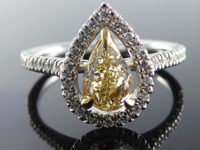 Diamond ring with GIA diamond certificate, pear-shaped natural fancy colour cut diamond, 0.88 ct in total