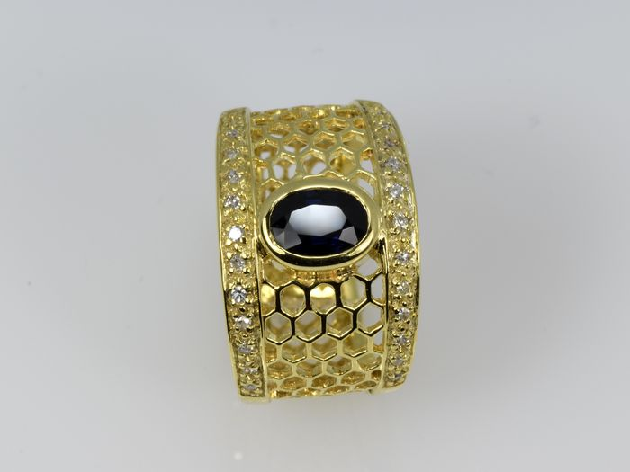 Anello in oro con zaffiro e diamanti
