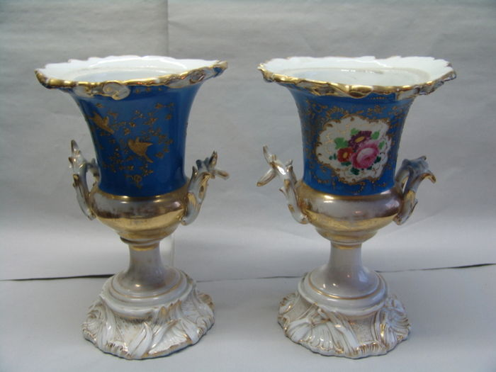 Porcelaine de Paris - A pair of crater vases in the Sevres style