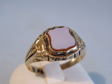 Victorian gold ring with layered agate, crest-shaped