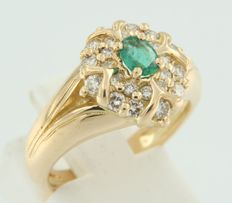 18 kt yellow gold ring, set with a central oval cut emerald and 24 brilliant cut diamonds - ring size 17.25 (54)