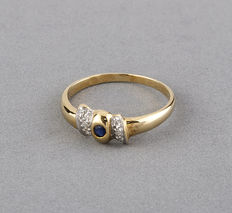 Yellow gold ring with mounted brilliant cut diamonds and a round cut sapphire - Ring size: 13.