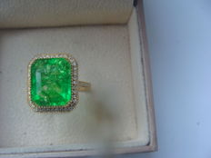 Gold ring set with 48 diamonds and an emerald