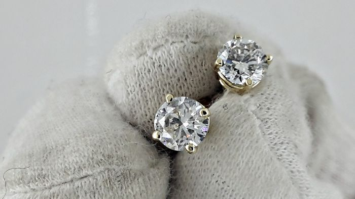 1.40 ct round diamond stud earrings 14 kt yellow gold