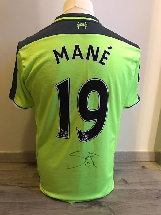 Signed football alternative shirt of the English club Liverpool Fc 2016-2017 Mané with photo of signing moment.