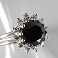 18 kt white gold entourage ring with black diamond of 2.00 ct and 12 carré cut diamonds, 2.60 ct in total
