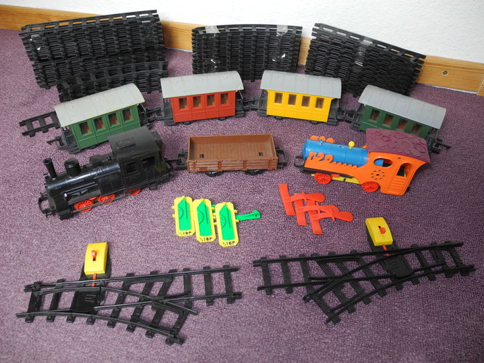 Track 0 - Faller - 58-piece train set with 2 locomotives and 5 carriages, they drive on batteries [160]