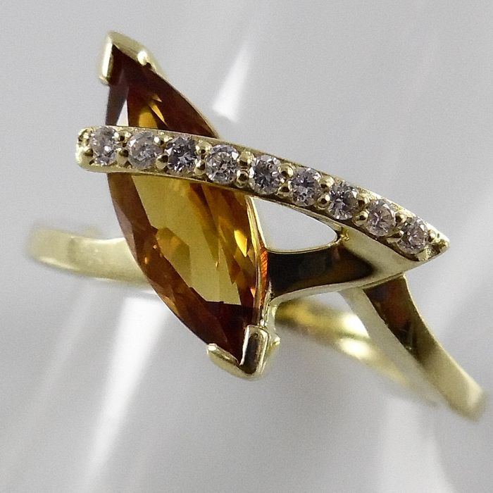 Anello in oro giallo 18 kt con un citrino e 9 brillanti
