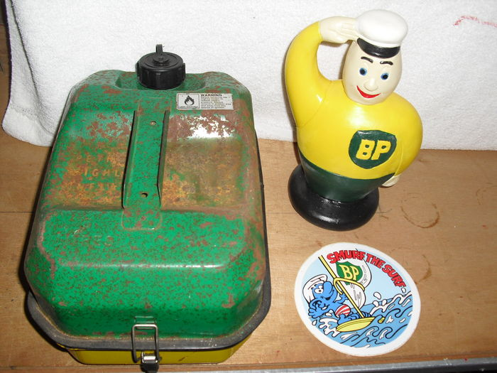 BP toolbox and a BP gasboy en bp smurfs sticker, ca 1970