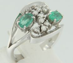 14 kt white gold ring set with emerald and brilliant cut diamonds, ring size 17.25 (54)