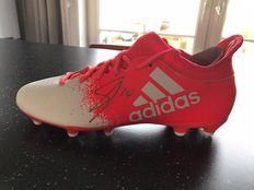 Signed Adidas Techfit football shoe of Siem De Jong with 2 pictures of the signing moment.