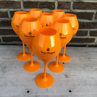 Veuve Clicquot champagne set of 8 acrylic glasses and a cloth