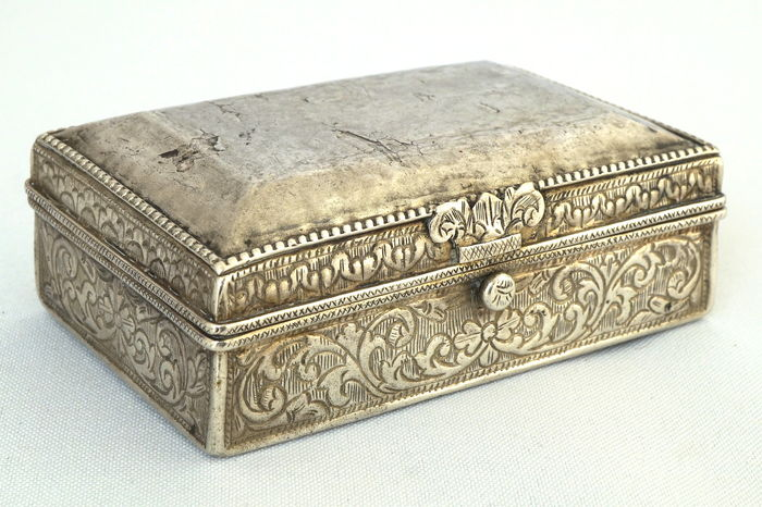 Low grade silver lid box with carved characters and very fine floral patterns - South Sulawesi - Indonesia