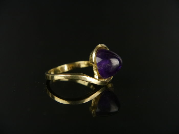 Gold ring with amethyst-coloured spinel