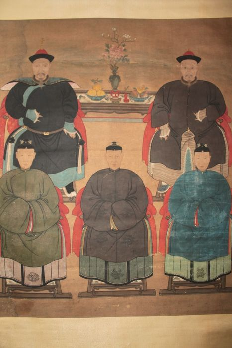 Large ancestor portraits of a family of five members with tribute offerings  - China- late 19th century - Catawiki
