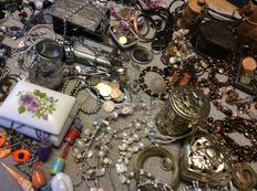 Collection if vintage jewelry, jewelry boxes - a lot of 130 pieces.