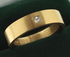 Yellow gold ring inlaid with a mat princess cut diamond of 0.10 ct