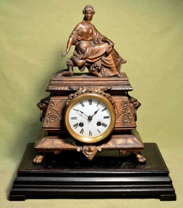 French Rococo mantle clock, in golden bronze, with ebonised walnut base, with Ferine feet - Late 19th / early 20th century.